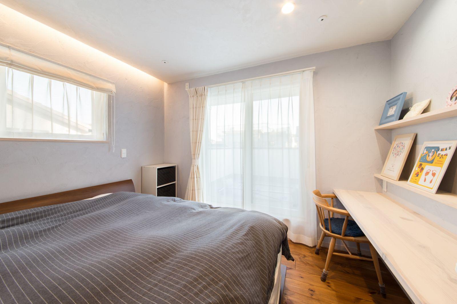 ブルーグレー色の漆喰仕上げの寝室