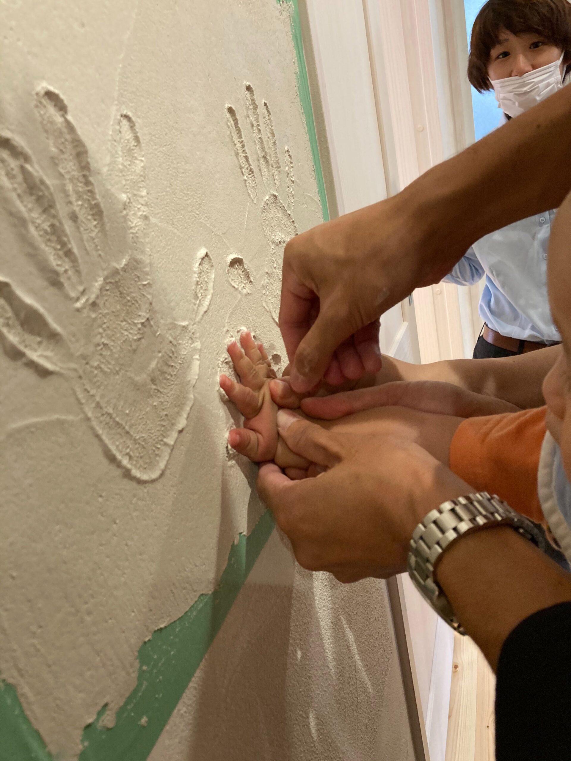 漆喰で手形をする様子