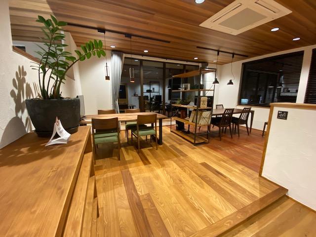 濃い色の床材の部屋