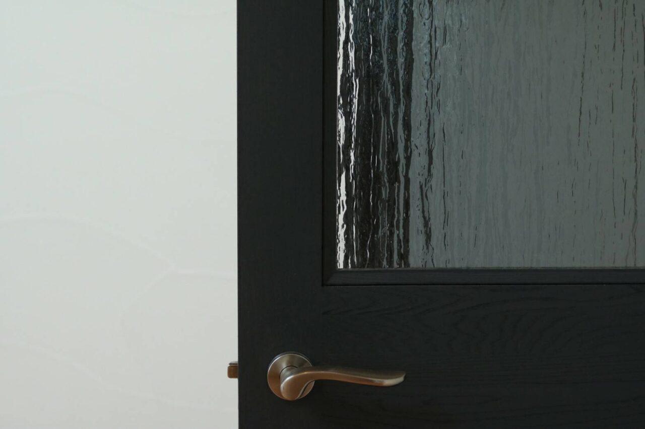 ネイビーのリビングドア