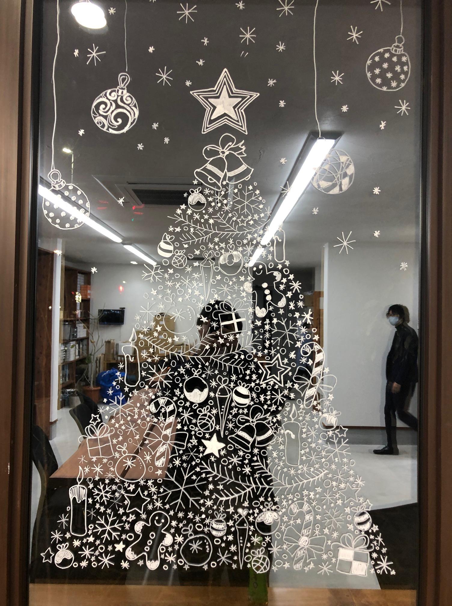 窓に飾るクリスマスツリー