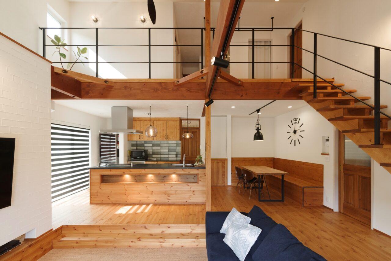 リビングに馴染むオープンキッチンと木製ベンチのダイニングが素敵