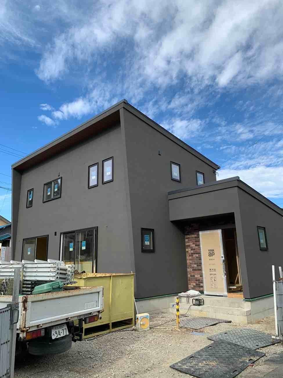 外壁が真っ黒なシンプルモダン住宅