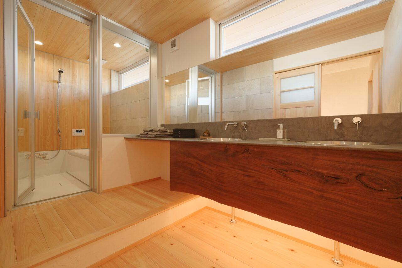 大きな鏡と間接照明が素敵!ホテルライクな洗面とバスルーム