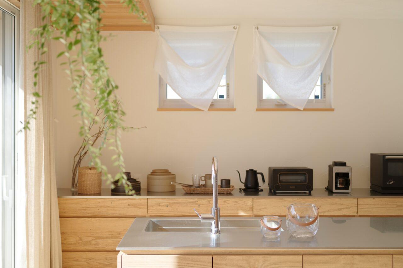 キッチン用品が設置しやすく広々使えるロータイプのカップボード