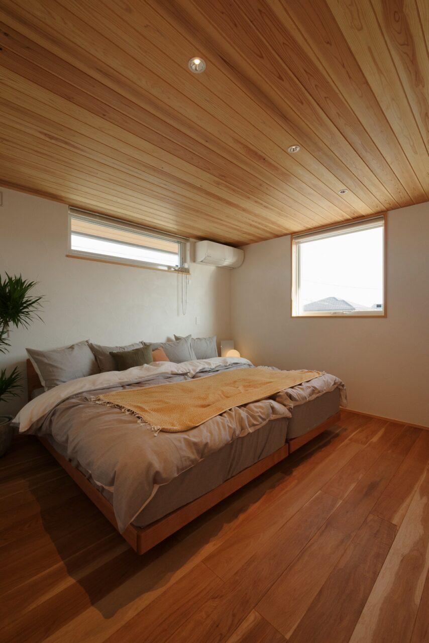 板張り天井のぐっすり眠れる寝室