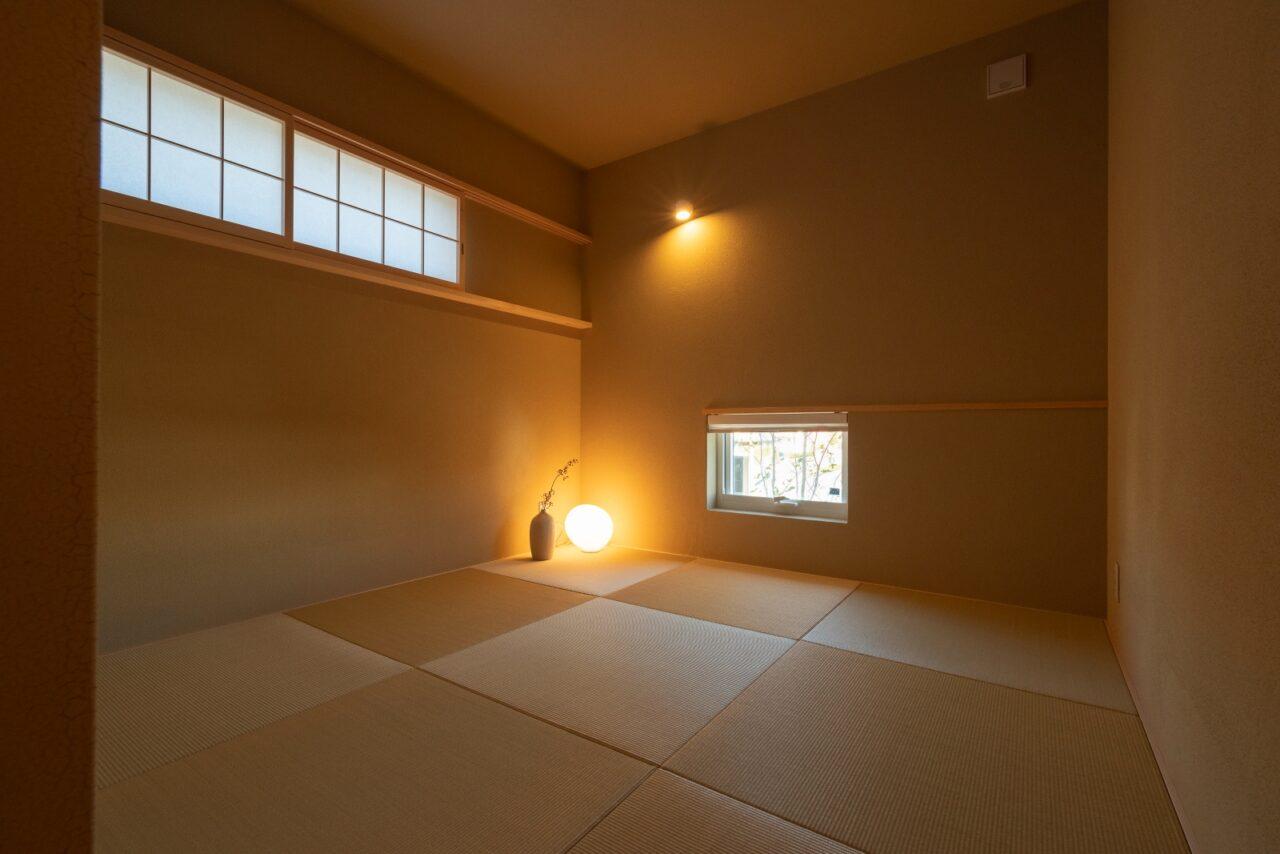 シンプルな照明が似合う琉球畳の和室