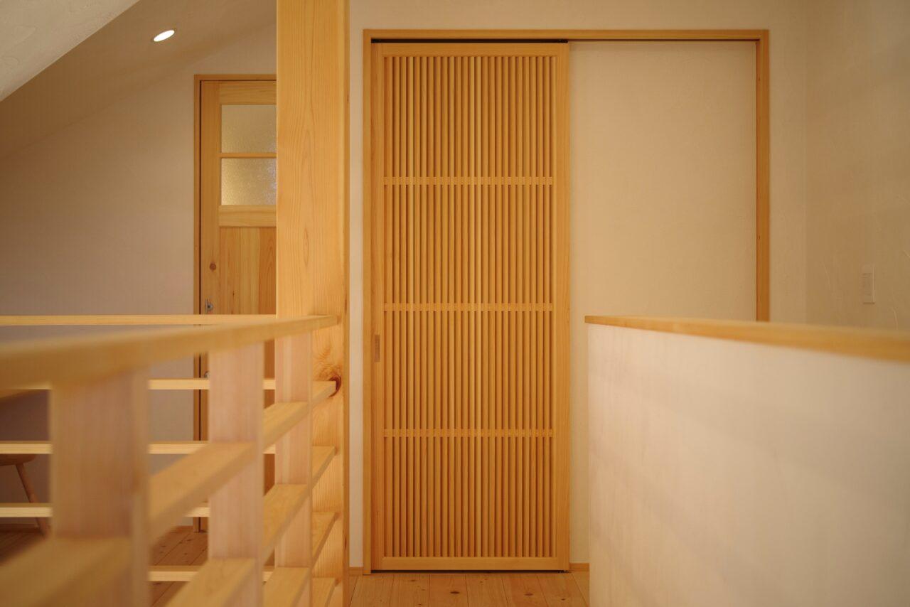 吹抜けで繋がる開放的な2階の廊下