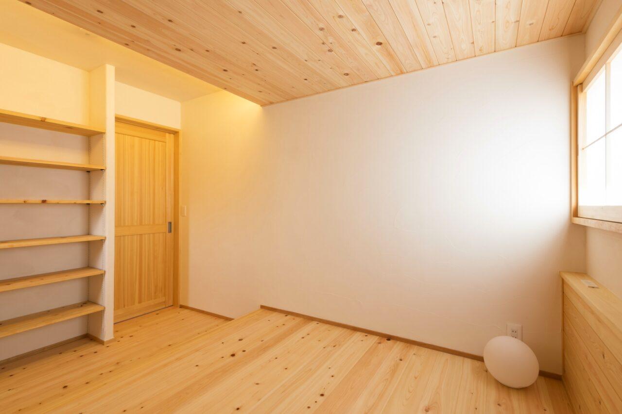 間接照明と無垢材に癒される心地よい洋室