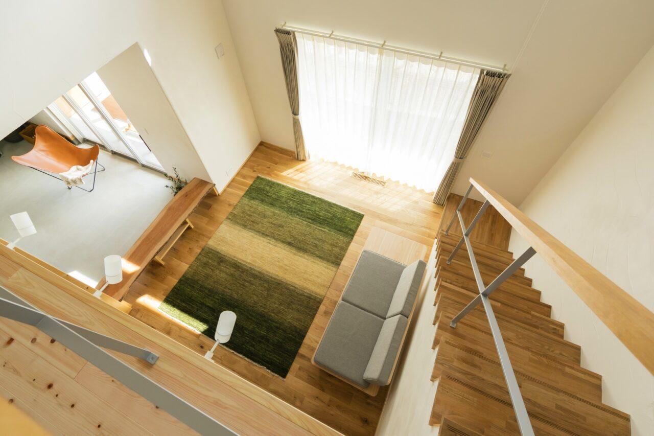 リビング階段と吹抜けの開放的な空間