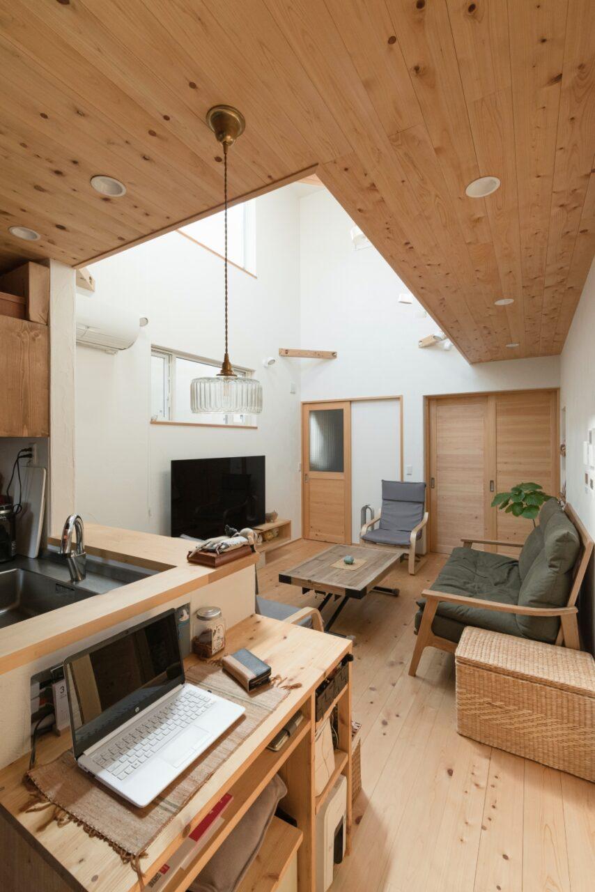 天井や造作棚にも無垢材をふんだんに使ったナチュラル空間