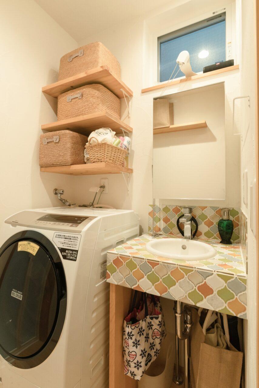 カラフルで可愛らしいコラベルタイルの洗面