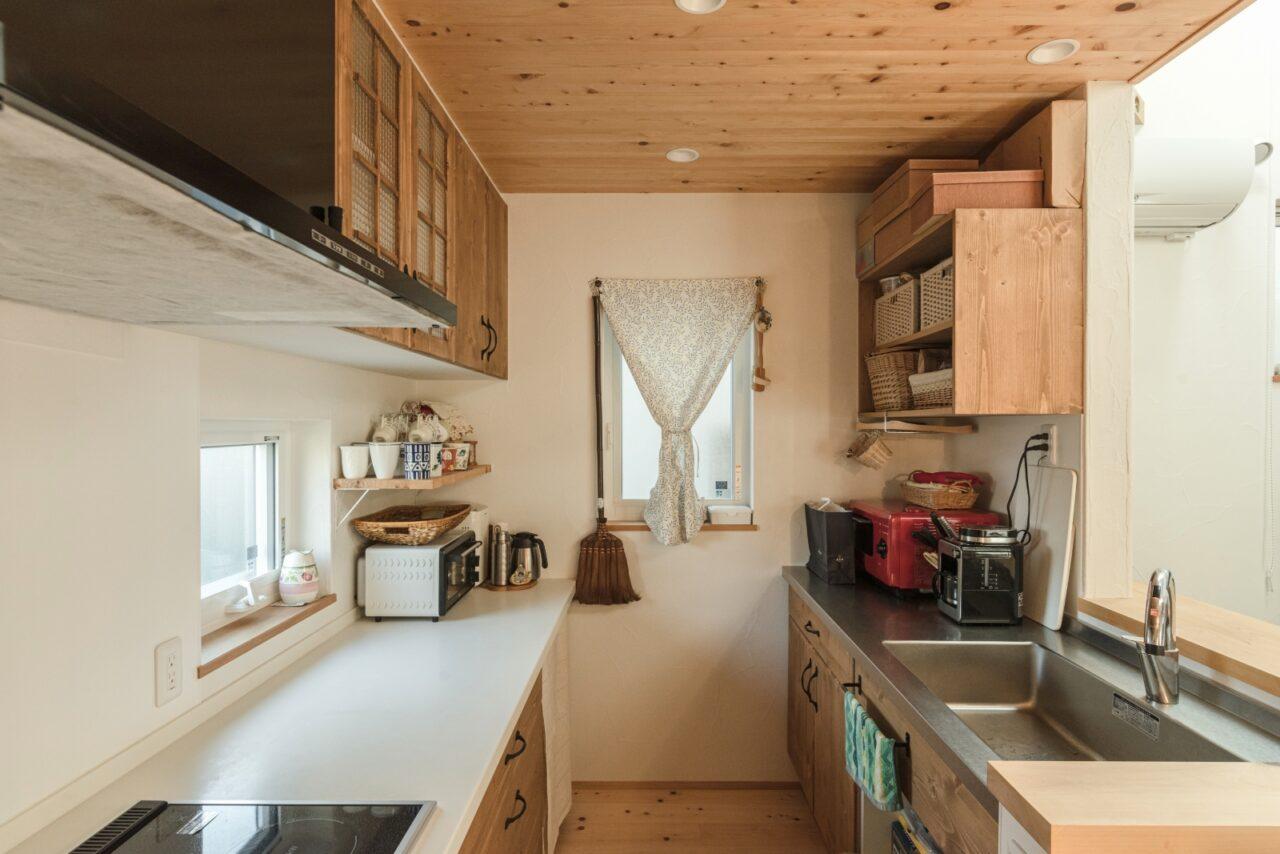 リビングから見えにくい位置に家電や収納を配置したキッチン