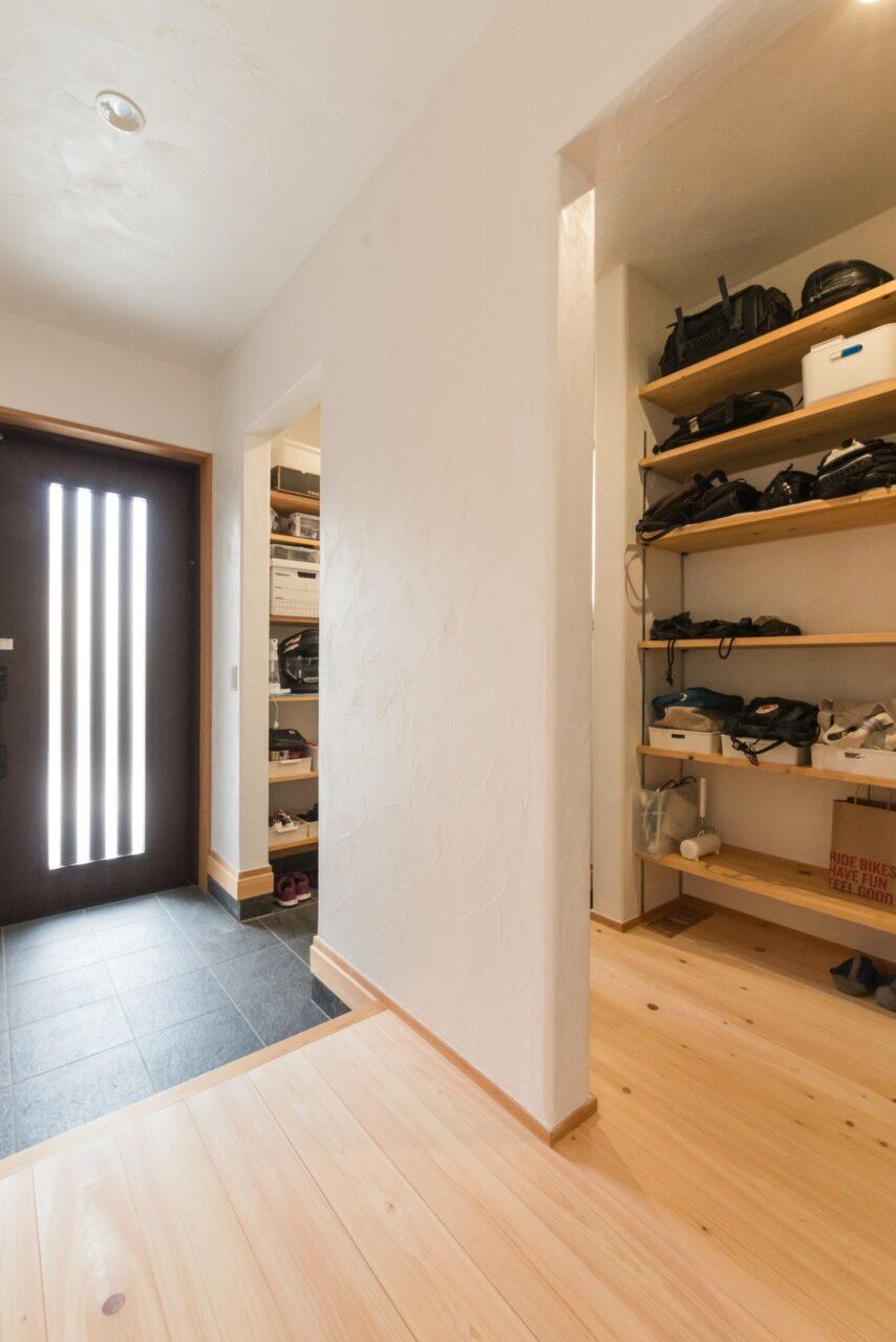 靴だけでなく様々な荷物が収まる大容量の玄関収納