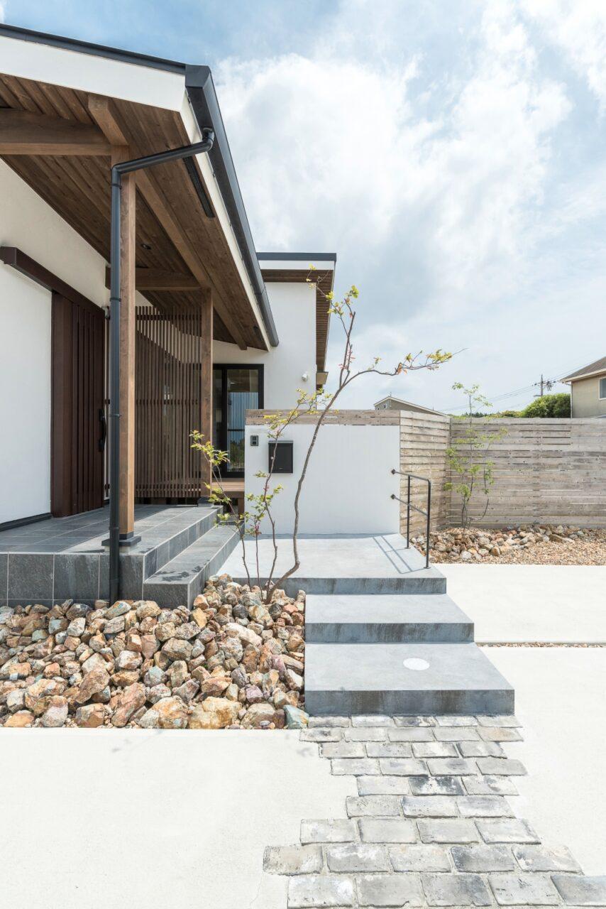 木格子と軒が美しいシンプルな玄関