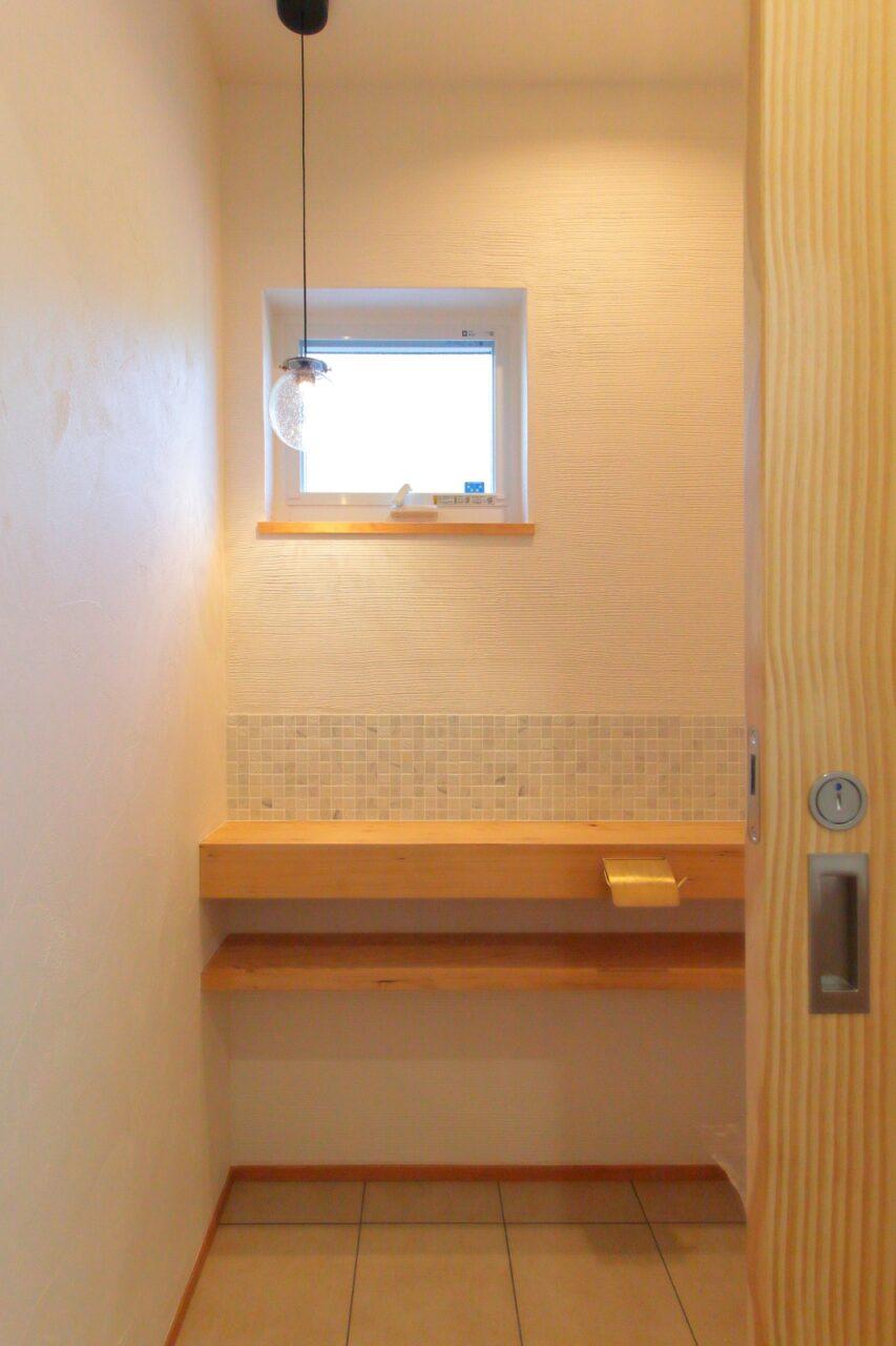 タイルで彩られた素敵なトイレ