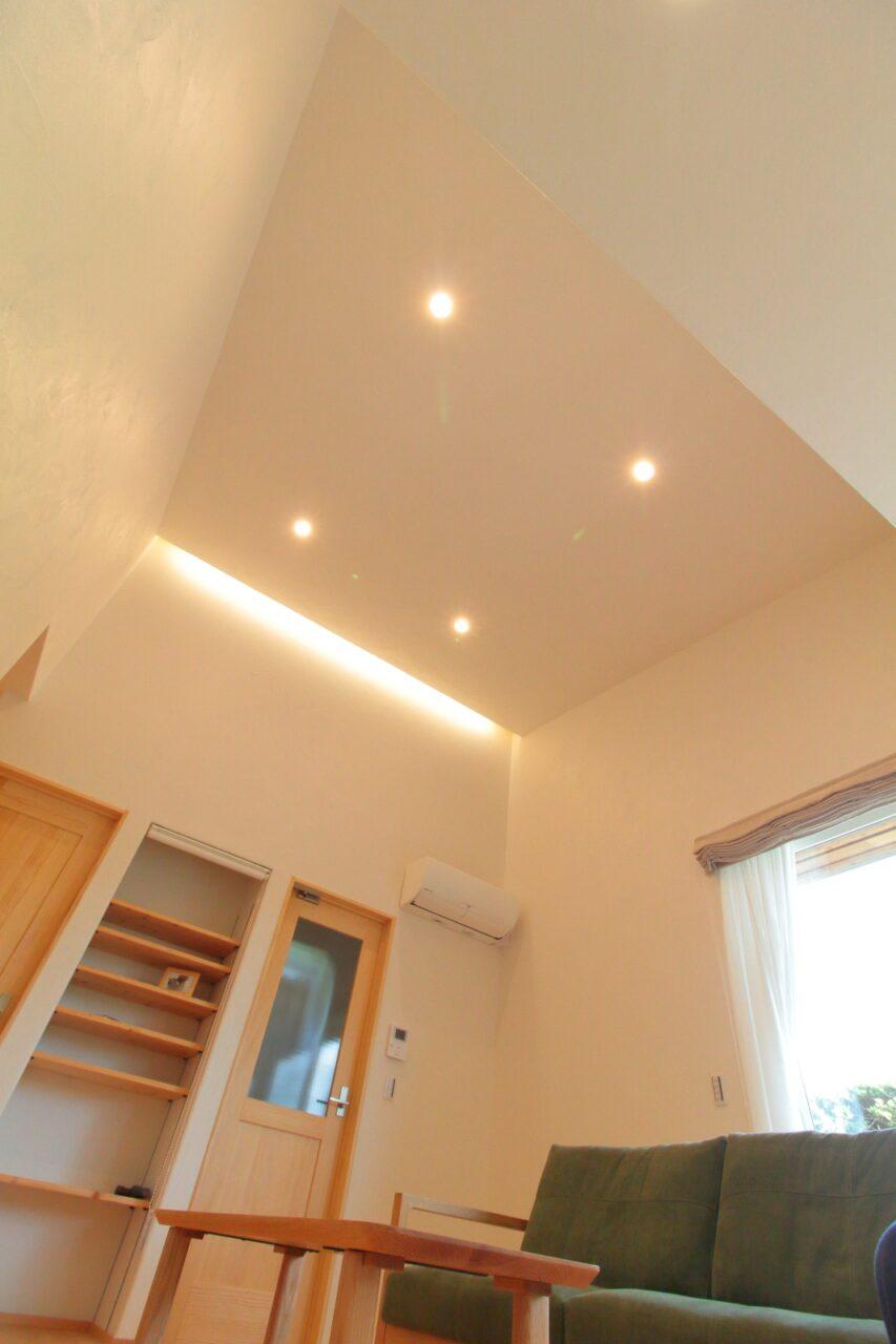 間接照明×勾配天井の開放的なリビング