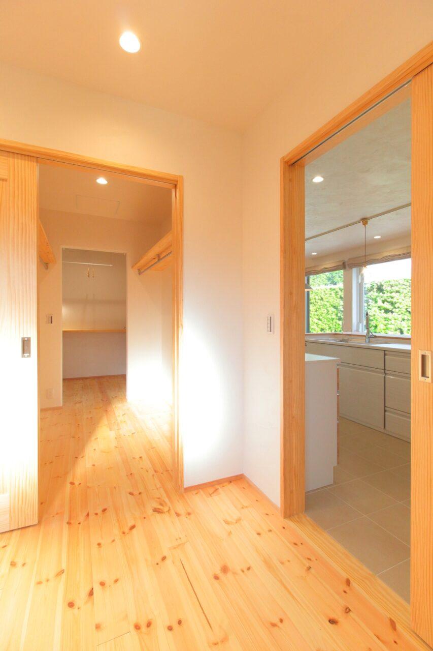 キッチンとクローゼットが隣接した寝室