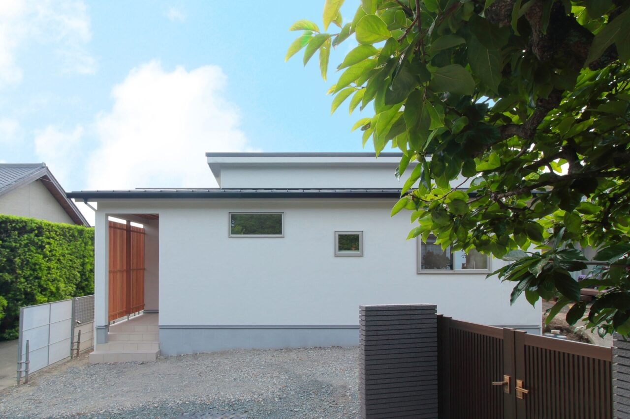 シンプルな平屋の外観は木格子がワンポイント