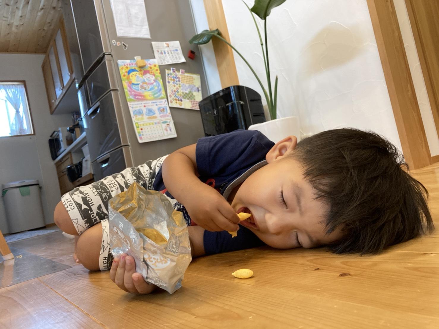 お菓子を食べながら寝る人