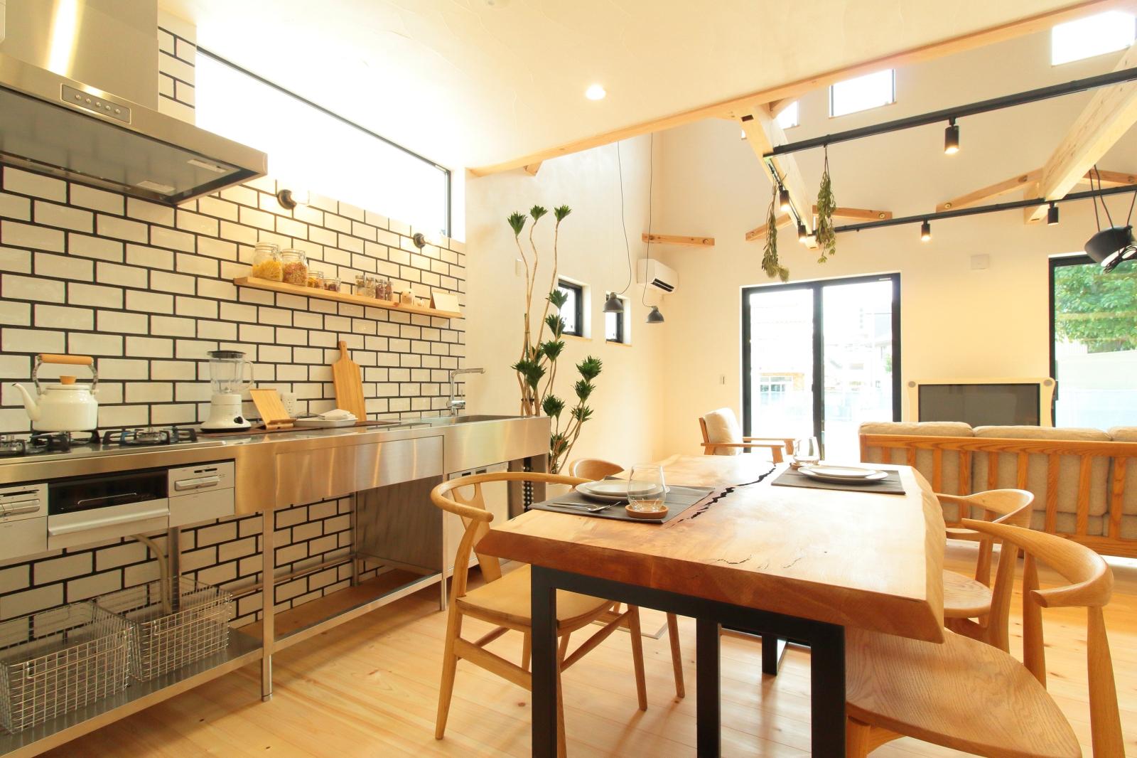 レンガタイル調の壁面が印象的なキッチン