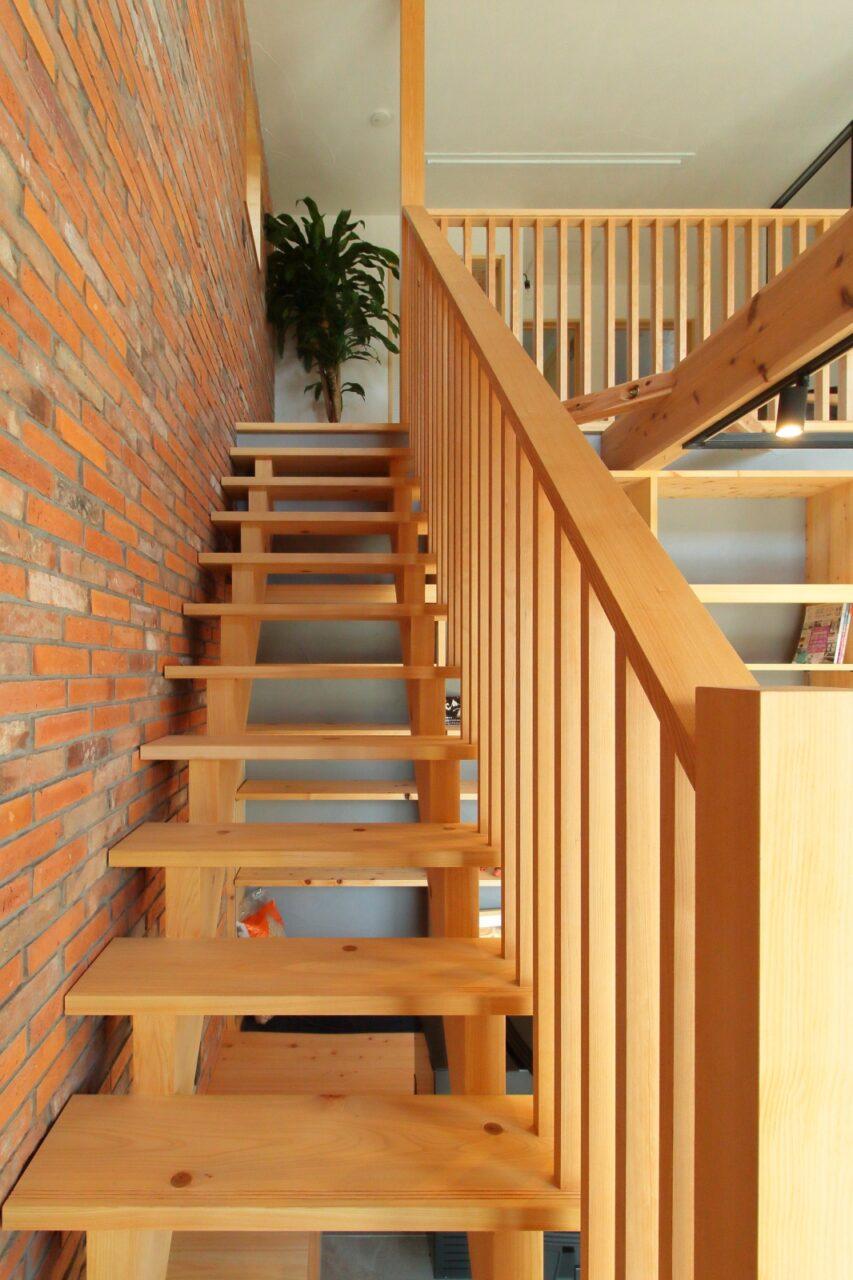 木のぬくもりを感じるリビングのストリップ階段