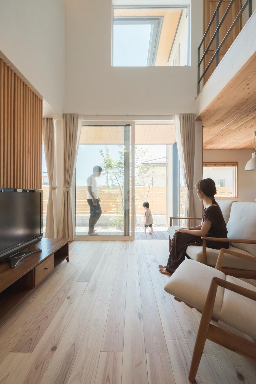 ハイサッシの窓とウッドデッキが室内外をシームレスに繋げてくれる