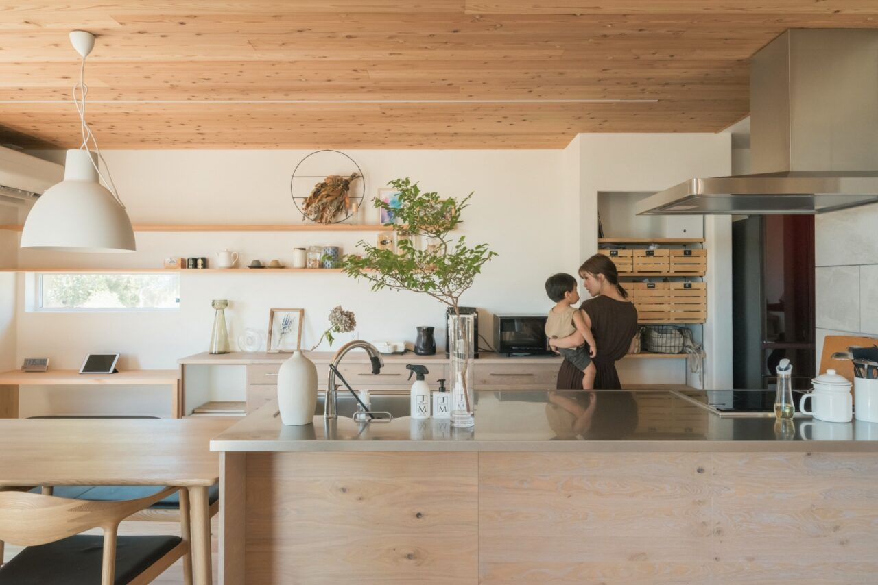 作業しやすい大きな天板のオープンキッチン