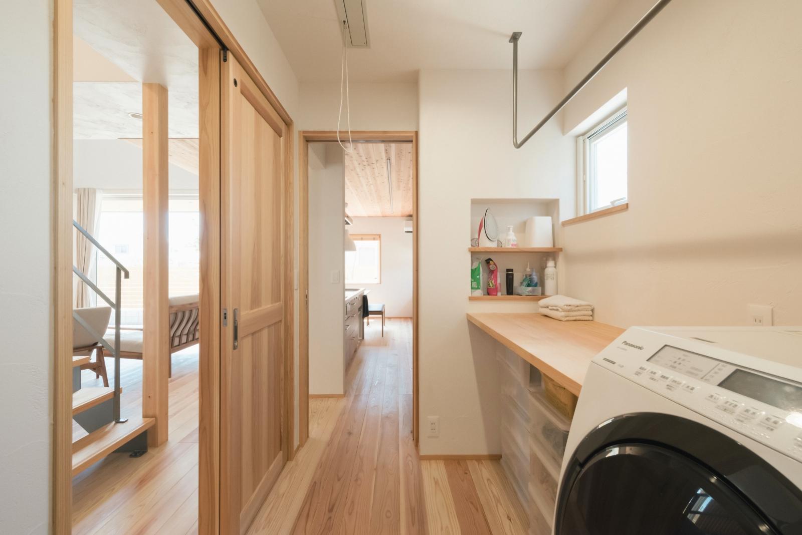 キッチン隣の脱衣室兼ランドリ―ルーム