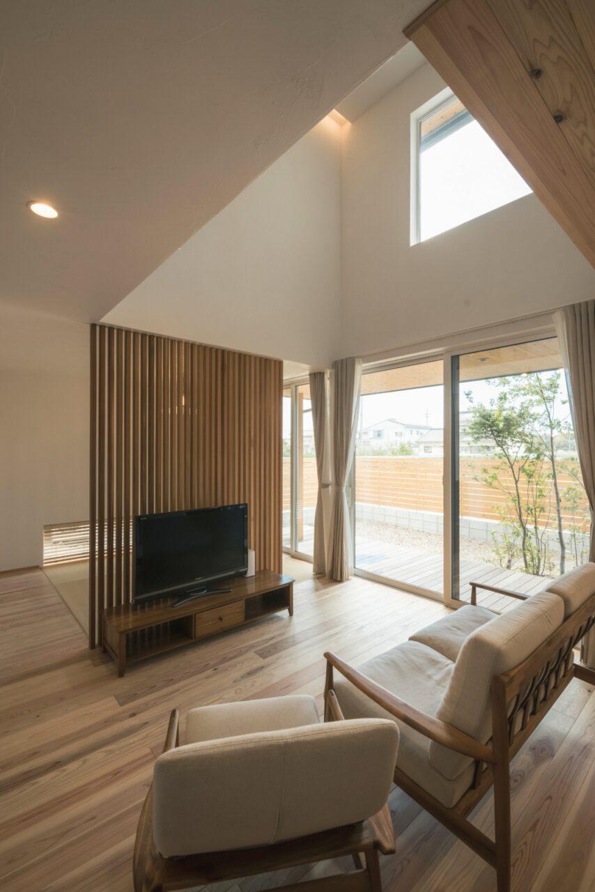 木格子と大きな窓の和モダン空間