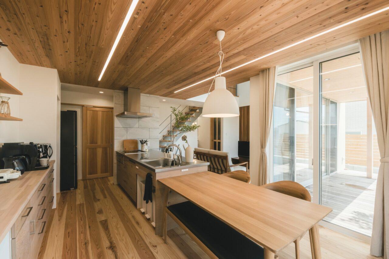 板張り天井のダイニングキッチン